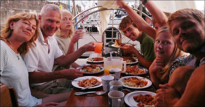 KAPRET: Seilbåten til den danske familien Johansen ble kapret av pirater 24. februar. Den kidnappede familien består av Jan Quist Johansen, Birgit Marie Johansen og barna Rune (17), Hjalte (15) og Naja (13). De har også med seg to danske medhjelpere. Foto: PRIVAT