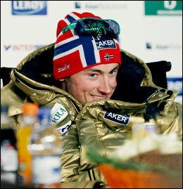 OFFENSIV: Iført gulljakke var det en offensiv Petter Northug som snakket på pressekonferansen i Holmenkollen fredag. Foto: Scanpix
