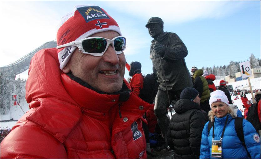 GLAD: Far til en skikonge, John Northug, foran en ekte konge, Kong Olav, i Holmenkollen. Foto: Jostein Matre
