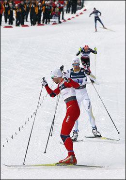 PROVOSERTE: Slik gjorde Petter Northug på målstreken - stoppet opp - for å vise hvor suveren han var. Marcus Hellner ses bak. Foto: Scanpix