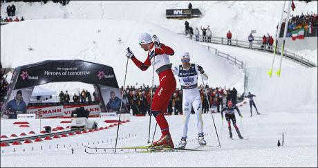 HÅNET HELLNER: Her sikrer Petter Northug norsk stafettgull. Marcus Hellner var sjanseløs mot nordmannen. Foto: Scanpix