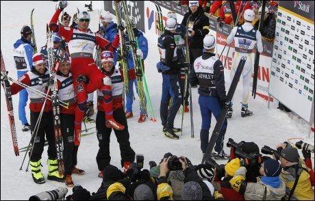 GULLJUBEL: Det norske stafettlaget kan jubler for VM-gull. Her poserer de for fotografene i målområdet. Foto: AP