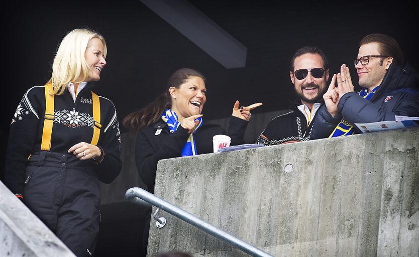 HYLLES: Sveriges sportsgale prins Daniel lot følelsene ta overhånd under ski-VM-stafetten på VIP-tribunen i går og viste kronprinsesse Mette-Marit fingeren. Foto: Mattis Sandblad/VG