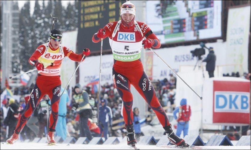 HUMRER: De er godt kledd i kulda i Russland Emil Hegle Svendsen og Tarjei Bø også, men duoen som tok sølv og bronse søndag bare ler av svenskenes klaging på kulden. Foto: Scanpix