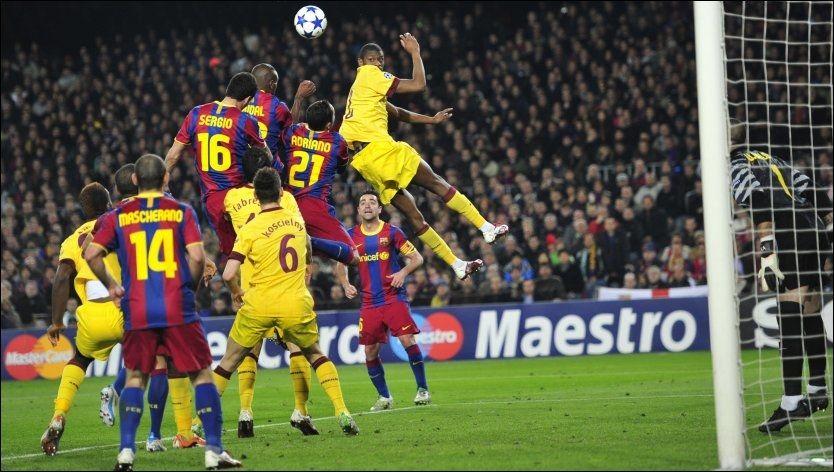 SELVMÅL: På merkelig vis stanget Sergio Busquets ballen i eget mål til 1-1. Foto: AP
