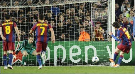 AVGJØRELSEN: Lionel Messi finter Manuel Almunia ut av stilling og setter inn 3-1. Foto: AFP