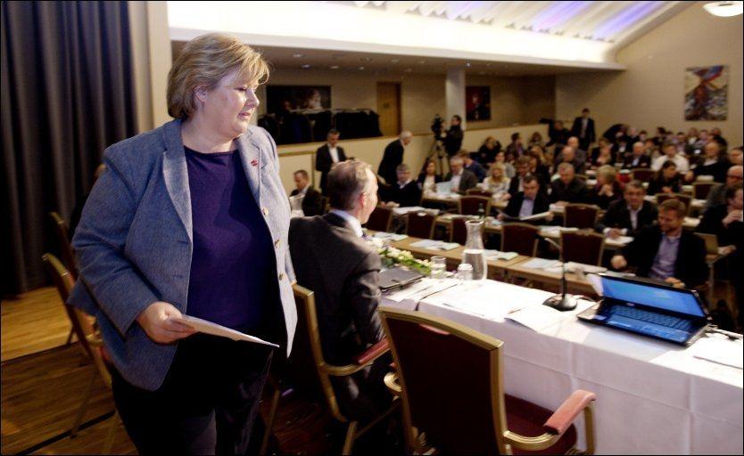 SPLITTELSE: Partileder i Høyre, Erna Solberg, vil få en tøff oppgave med å få partifellene til å enes om et vedtak i saken om datalagringsdirektivet. Her fra en konferanse med Høyres sentralstyre og stortingsgruppe i Oslo i januar i år. Foto: Kyrre Lien/Scanpix