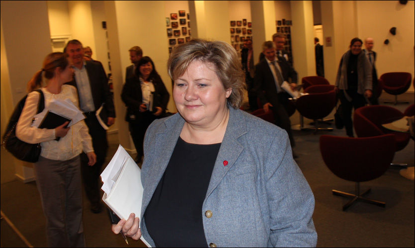 JERN-ERNA: Her går Erna Solberg ut av gruppemøte onsdag ettermiddag hvor flertallet av Høyres stortingsgruppe sa ja til EUs datalagringsdirektiv. Foto: Arild Færaas