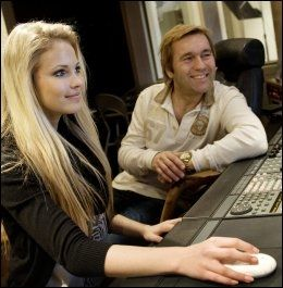 I PLATESTUDIO: Emilie «Voe» i platestudio hos manager David Eriksen i fjor. De jobber med 15-åringens platedebut. Foto: Gøran Bohlin