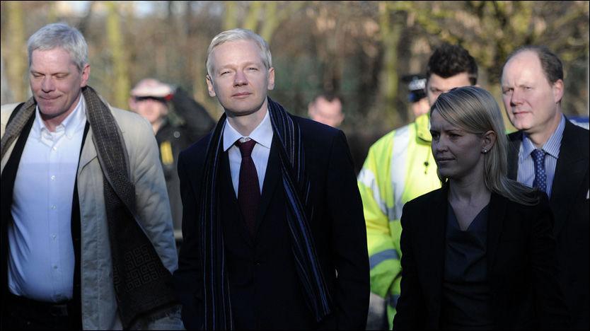 BEGJÆRT UTLEVERT: Her ankommer varslersjefen Julian Assange retten for andre dag av høringen mot ham selv. Foto: AFP