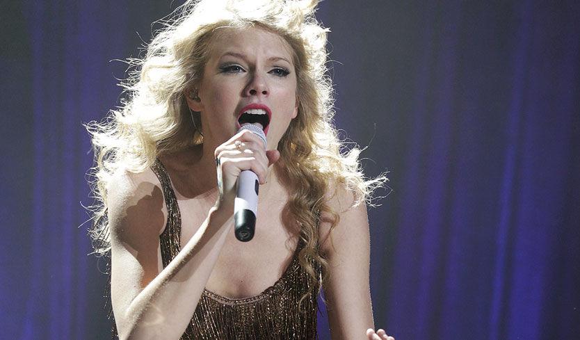 DISNEY-DRØMMEN: Fansen flokket seg foran scenen med kameraer og mobiltelefoner, mens Taylor Swift leverte varene onsdag kveld. Foto: Trond Solberg
