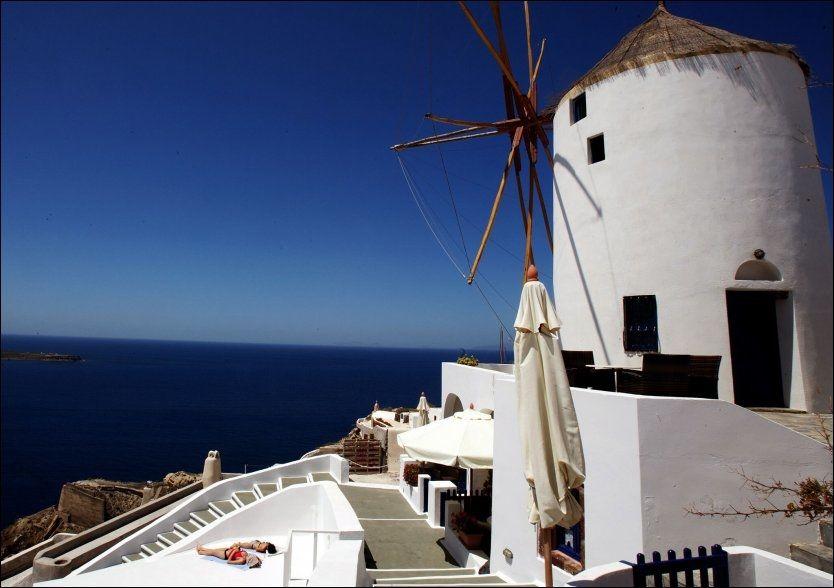 HELLAS: Blått hav, blå himmel og hvite hus på Santorini. Foto: LOUISA GOULIAMAKI/AFP Foto: