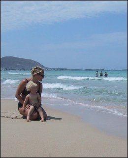 FALASSARNA: En av de lange, myke strendene på Kretas nordvestkyst hvor det er fint å være barn. En halv times biltur fra Chaniakysten der de fleste charterturistene bor. Foto: MONA LANGSET