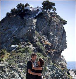 BRYLLUPSKIRKEN: Etter at Meryl Streep og Pierce Brosnan giftet seg i kapellet på toppen av denne klippen i «Mamma Mia»-filmen, har mange reist til Skopelos for å se det romantiske stedet i virkeligheten. Her Anja og Andre Henschen fra Bremen.Foto: TERJE BRINGEDAL Foto: