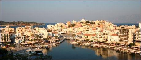 AGIOS NIKOLAOS: Innsjøen som har blitt forbundet med havet via en kanal, er hjertet og sentrum av denne byen øst på Kreta. Foto: Mona Langset