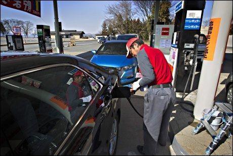 RASJONERING: I fjellbyen Nugata, omkring 17 mil nord for Tokyo er det bensinrasjonering. Kun 20 liter per kunde står det skrevet på pumpene. Det var lang kø for å få fylt bensin, forteller VGs journalister. Foto: Gisle Oddestad, VG