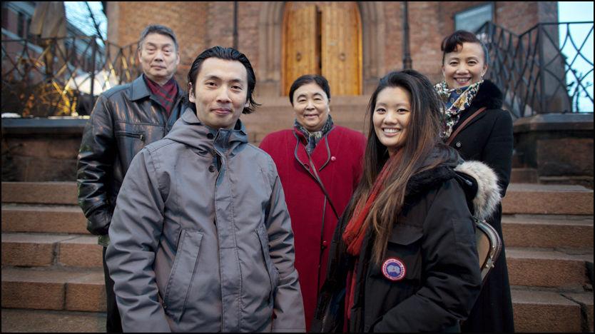 MÅLBEVISSTE: Familien Chen er en tigerfamilie hvor barna har jobbet hardt. Resultatet er topp utdannelse og suksess. Fra venstre Hsiao Ching Ko (67), Olav Chen (33), Tsu Liang Chen (67), Catharina Chen (25) og Elise Chen (53). Foto: Marius Knutsen