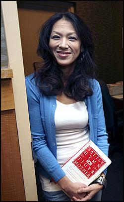FORFATTER: Den amerikansk-kinesiske jusprofessoren og forfatteren Amy Chua har lansert seg som tigermor. Boka hennes «Battle Hymn of the Tiger Mother» har startet debatten i USA. Foto: Thomas Nilsson/VG