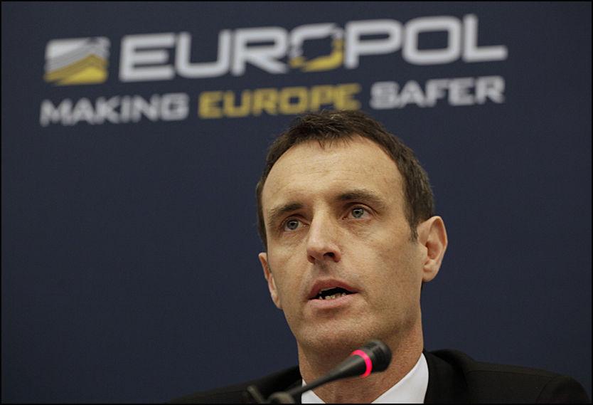 PEDOFILRING AVSLØRT: På en pressekonferanse i Haag i dag opplyste Europol-sjef Rob Wainwright om den omfattende operasjonen som har ledet til 184 arrestasjoner verden over. Foto: AP