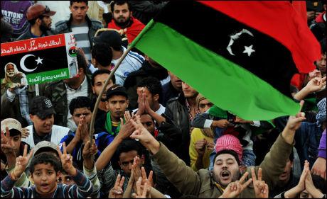 STORE PROTESTER: medlemmer av den libiske opposisjonen protesterer i byen Tobruk tidligere fredag. Selv om Gaddafi har gitt løfter om våpenhvile kommer det nye meldinger om kamper i kveld. Foto: AFP