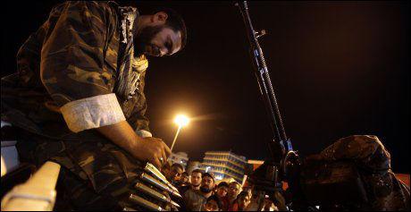 LADING: En opprører i Benghazi klargjør anti-luftskyts torsdag kveld. Da var FNs resolusjon ikke vedtatt. Foto: AFP Photo