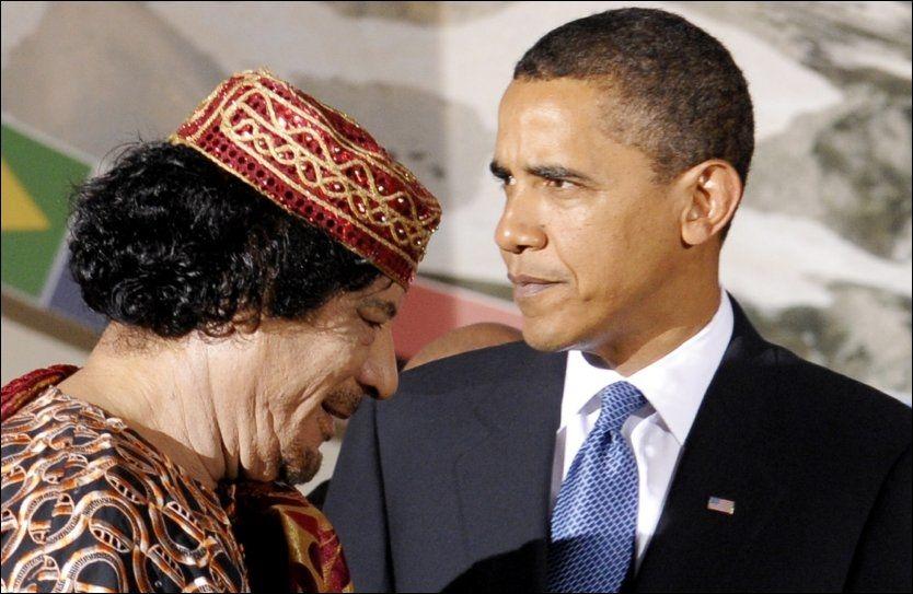 - EN SØNN: Muammar Gaddafi omtaler Barack Obama som en sønn. Her er de to statslederne sammen under et G8/G5-møte i Italia i 2009. Foto: AP