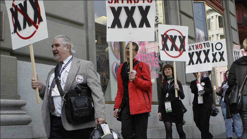 Demonstranter fra pornoindustrien protesterte torsdag i forrige uke i San Francisco mot at ICANN (Internet Corporation for Assigned Names and Numbers) nå har vedtatt å gi nett-porno domenenavnet .xxx. Ifølge demonstrantene kan det nye domenet føre til mer sensur og til nye anti-porno-lover. Foto: AP Photo