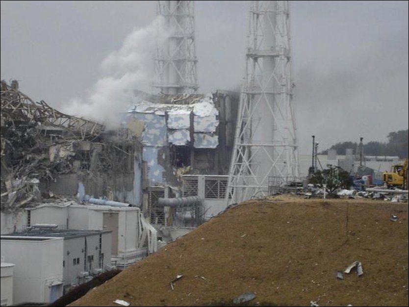RØYK FRA REAKTOR: Dette bildet viser Fukushima-kraftverkets reaktor nummer tre som det har kommet røyk fra flere ganger. Dette bildet ble tatt på fredag. Foto: AP