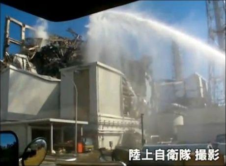 ATOMKRAFTVERK: Her spyler det japanske brannvesenet vann inn i Fukushima-kraftverket som har sluppet ut masse radioaktivitet, som blant annet har havnet i mat. Foto: AFP