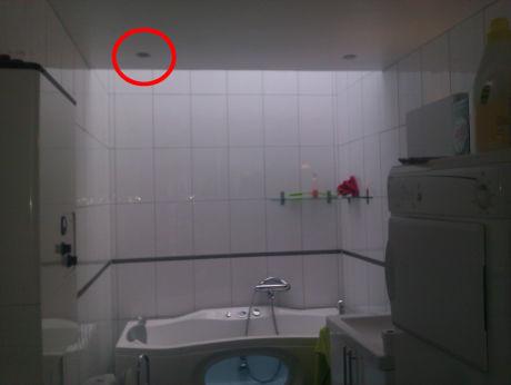 BADEROMMET: Dette er boblebadet til den siktede Frp-toppen Trond Birkedal. En 19-åring mener han ble filmet fra et kamera skjult i downlight-lampen til venstre i taket (innsirklet). Bildet er blant politiets bevismateriale. Foto: Privat