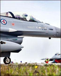 PÅ VEI: To norske F-16-fly gjør seg klare på rullebanen på Souda Bay på Kreta. Minutter senere er det første flyet på vei til Libya. Foto: LARS MAGNE HOVTUN, Forsvaret