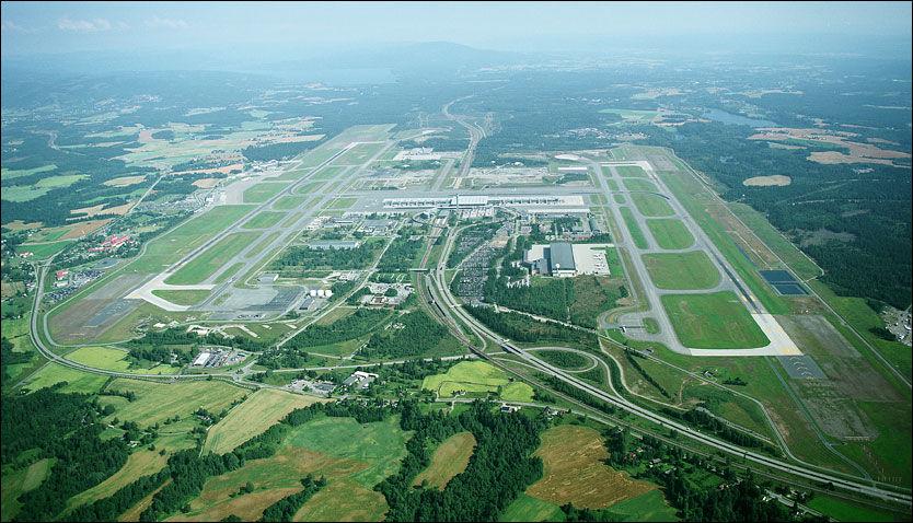 BLE RAMMET: Oslo Lufthavn Gardermoen sett sørfra. Flytrafikken til og fra Norges største flyplass ble stanset i halvannen time i går, etter at en SAS-pilot mente å ha sett noe som kunne minne om et seilfly i innflygingssonen. Foto: OSLO LUFTHAVN AS