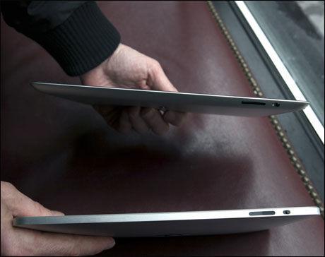 SLANKEPAD: Den betydelig lettere vekten gjør iPad 2 (øverst) langt mer hendig å ha med seg opp fra sofaen og ut på byen. Byttet fra tidligere modell føles litt som å gå rett fra walkietalkie til moderne mobiltelefon. Foto: Thomas Nilsson