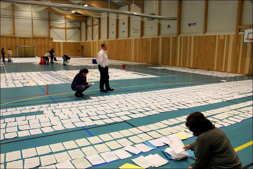 TRÆNAS ARK: I stedet for håndball og fotball, brukes Trænahallen som Norges største tørkerom etter vannlekkasjen som rammet kommunearkivet. Foto: KARI-ANN DRAGLAND STANGEN, HELGELANDS BLAD