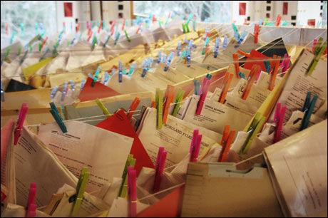 DØNNA-TRØBBEL: Dette er kommunestyresalen i Dønna kommune. Vannskadede dokumenter hengt opp med alt som var å oppdrive av klesklyper i kommunen. Foto: LEIF STEINHOLT, HELGELANDS BLAD