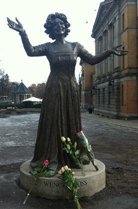 NORGE I SORG: Kort tid etter nyheten om Wenche Foss sin død, hadde sørgende lagt blomster ved statuen av Wenche utenfor Nationaltheatret. Foto: Marcus Husby