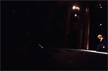 APPLAUS: Wenche Foss tar imot applausen under sitt 60 årsjubileum som scenekunstner med en festforestilling av stykket «Kjære Løgnhals» på Nationaltheateret. Alene, på mørk scene, i kostyme og sminke fra forestillingen. Foto: Aleksander Nordahl/Scanpix