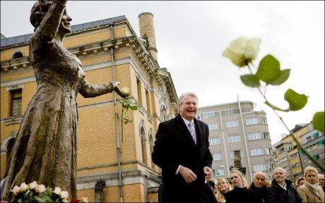 HUMOR: Fabian Stang spøkte før minnestunden, da han fjernet en vannkapsel fra en rose og sa: «Den hadde ikke mor likt». Foto: Scanpix.