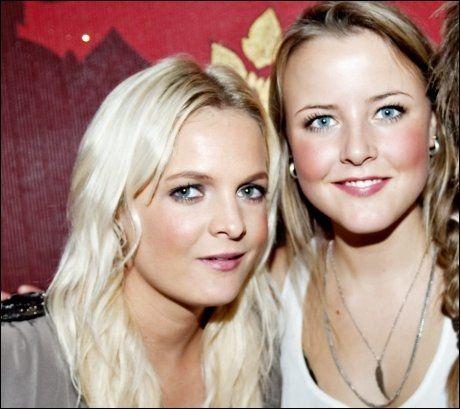 STOLTE: Pia Dailey Christoffersen (22) og Marie Kinge (19), kjent fra «Trekant». Foto: Eivind Griffith Brænde