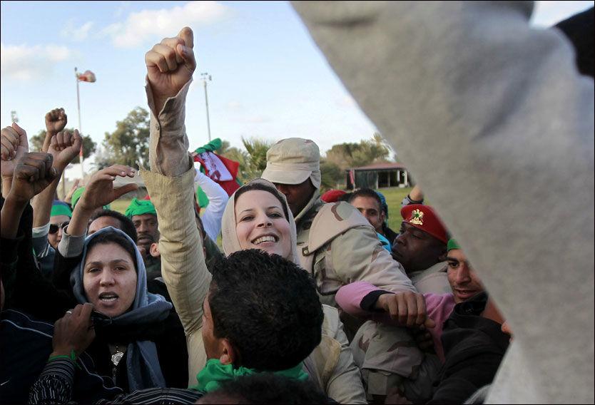 - PAPPA ER EN STOR MANN: Her er datteren Aysha Gaddafi, som også er generalløytnant i den libyske hæren, sammen med soldater i Tripoli. Foto: AP