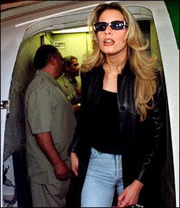FØR: Her er Aysha Gaddafi fotografert i Irak i 2000. Nå har datteren tatt på seg sløret for å kjempe mot Vesten og for pappa. Foto: Arkivfoto: AP
