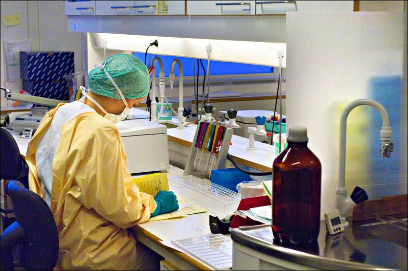HAR TILGANG: Denne personen som jobber i Rettsmedisinsk institutts DNA-laboratorium, kan ha såkalt tjentlig behov for å ha tilgang til arkivet til instituttet. Men har vaskehjelper og kontoransatte det? Foto: Olav Urdahl/Aftenposten