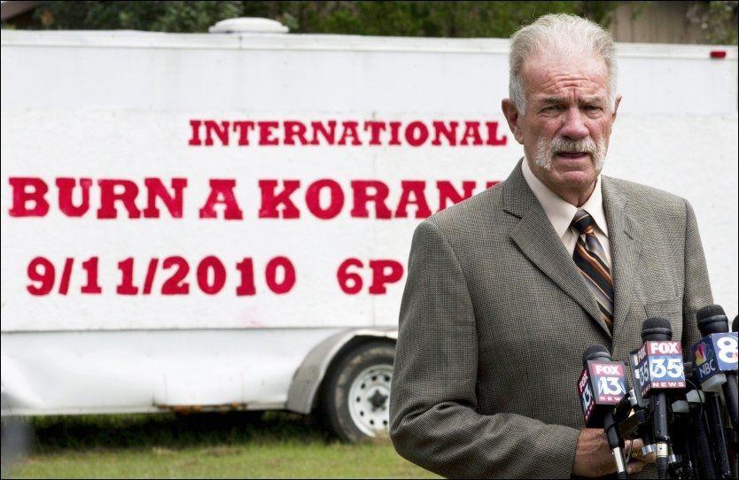 BRANT KORANEN: Pastor Terry Jones truet i 2010 med å brenne Koranen. 20. mars var han tilstede da Wayne Sapp brant Koranen. Fredag fikk Koran-brenningen fatale følger i Afghanistan. Foto: Reuters