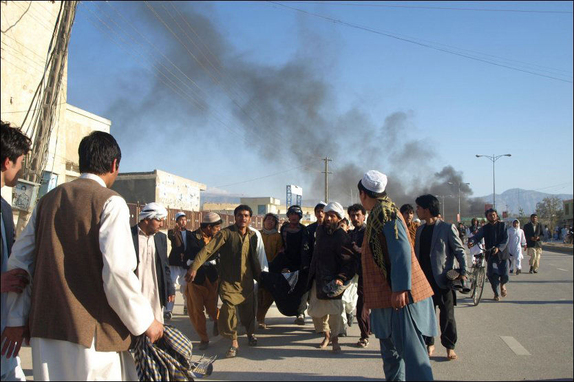 FLERE DREPT: En demonstrasjon utartet seg i byen Mazar-e Sharif fredag kveld, og flere FN-ansatte mistet livet. Foto: Afp