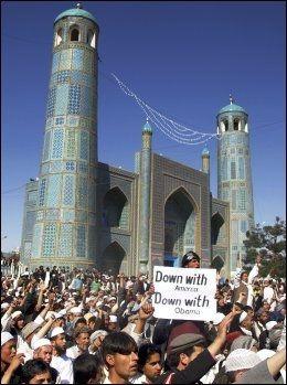 - PLANLAGT ANGREP: Demonstrasjonene startet fredelig, men skal ha utartet seg til et planlagt angrep, ifølge FN i Nord-Afghanistan. Foto: AP Foto: