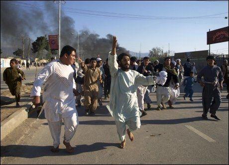 Afghanere roper slagord mot USA under demonstrasjonen mot koran-brenningen som førte til at en nordmann ble drept i Mazaar-e Sharif. Foto: FOTO: REUTERS