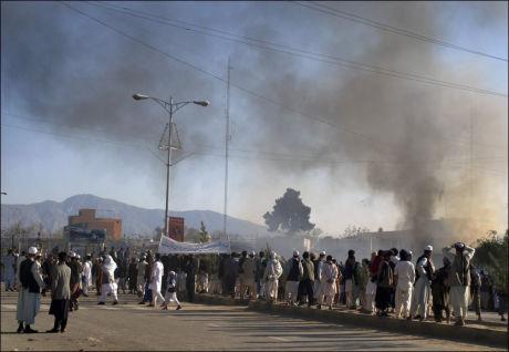 - FLERE DREPT: Flere utenlandske statsborgere skal ha blitt drept da en demonstrasjon utartet seg i Mazar-e Sharif i det nordlige Afghanistan. Her stiger røyk opp fra bygningen. Foto: Ap