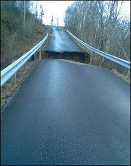 VESTNES: Slik ser det ut på en kommunal vei på Rekdal i Vestnes kommune. Fotografen har fått beskjed fra kommuenen at det vil ta minst seks uker å reparere veien. Foto: Heidi Landbakk