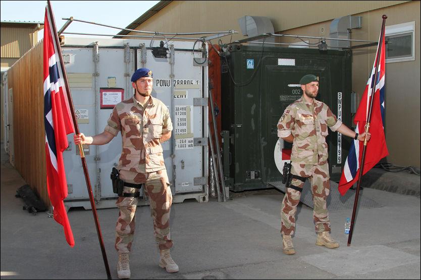 STÅR BÅREVAKT: Norske soldater står bårevakt i den norske leiren i Mazar-e Sharif. Foto: Forsvaret