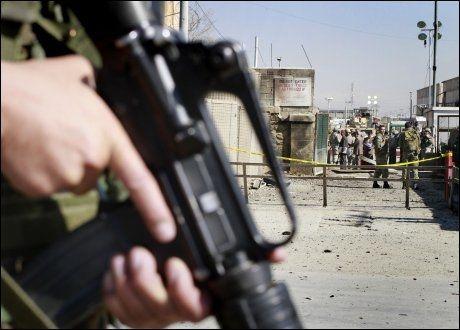 ANGREP NATO-LEIR: Væpnende menn angrep lørdag morgen en NATO-leir i Kabul. Opprørerne ble drept. Foto: AP